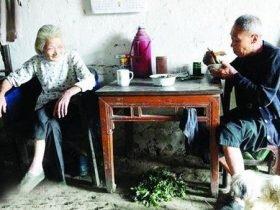 湖北神仙奶奶12年来每天只喝茶抽烟